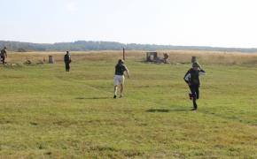 Кожному учаснику курсу допомагає стріляти фаховий військовий
