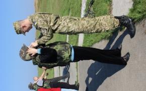 Одягати каски та бронежилети допомогають військові