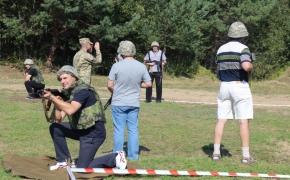 Учасники навчання діляться на групи і пробують себе у веденні бою у населеному пункті