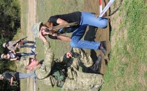 Військові під час навчань  на полігоні допомагають зайняти правильну позицію