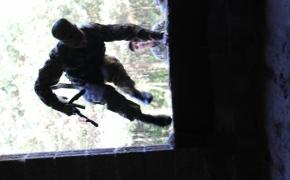 Військові показують один із способів зачистки будівлі
